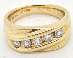 MEN'S 14KT YELLOW GOLD DIAMOND RING.