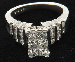 STUNNING 14KT WHITE GOLD DIAMOND RING.