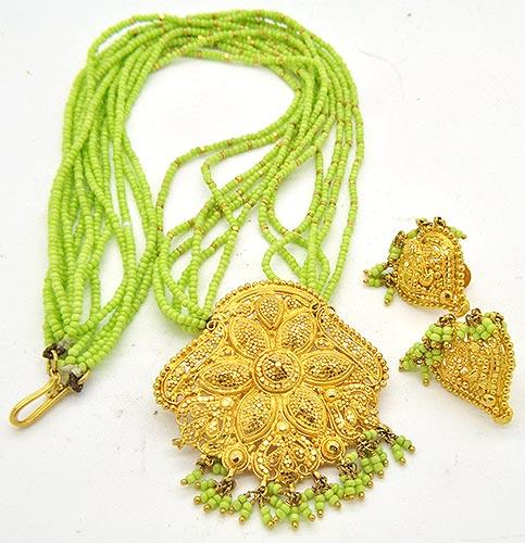 Gorgeous 22kt Gold Green Bead Necklace & Earring Set
