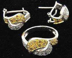 LADIES 18 KT WHITE GOLD DIAMOND RING/MATCHING EARRINGS.