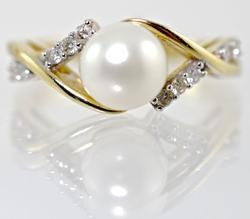 Feminine Pearl & Diamond Ring