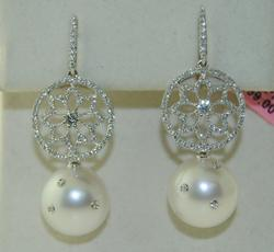 Elegant 18kt Gold Pearl & Diamond Earrings