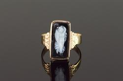 18K Yellow Gold Carved Black Cameo Vintage Set Ring