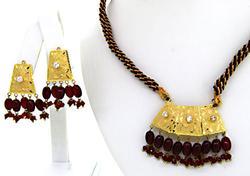 Superb 22kt Gold Garnet Accent Jewelry Set