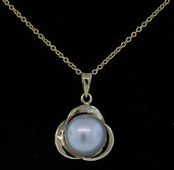 Lustrous Pearl Pendant Necklace