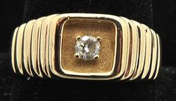 14 KT YELLOW GOLD RING WITH CENTER DIAMOND.