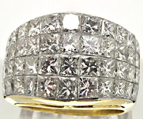 STUNNING DIAMOND RING. 5.20 CARAT TOTAL WEIGHT