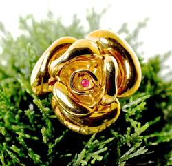Gorgeous 18K Rose Brooch with Ruby