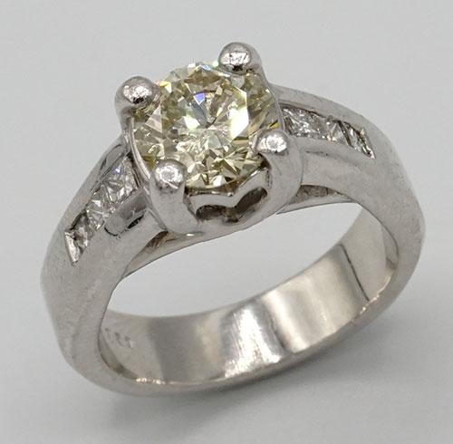 Round Brilliant Cut Diamond Ring in Platinum