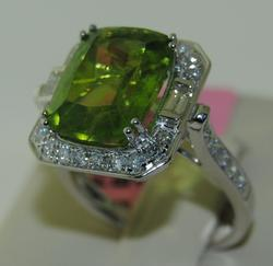 Beautiful 18K White Gold Ring with Peridot & Diamonds