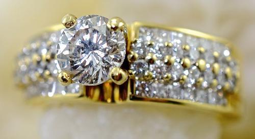 Sparkly 18K Diamond Engagement Ring