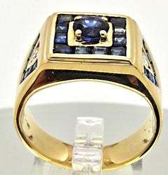 MEN'S 18 KT YELLOW GOLD SAPPHIRE AND DIAMOND RING.