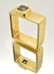 MEN'S 18 KT YELLOW GOLD SQUARE RING. 1.5 CARAT DIAMOND