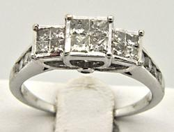 LADIES 10 KT WHITE GOLD DIAMOND RING.