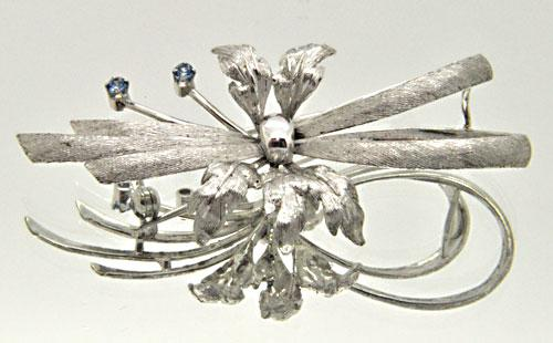 LADIES 18 KT WHITE GOLD BROOCH WITH BLUE TOPAZ.