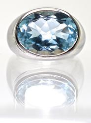 Great 18K Modern Blue Topaz Ring