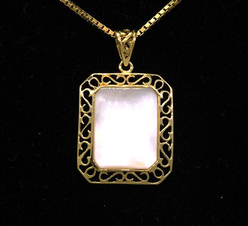 Stunning Mother of Pearl Pendant on 18in Gold Chain