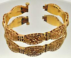 LADIES 21 CARAT YELLOW GOLD BANGLE BRACELET.