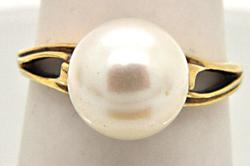 LADIES 14 KT YELLOW GOLD PEARL RING.