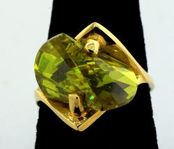Glittering Free-Form Peridot Ring in Gold