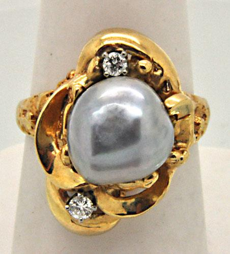 LADIES 14 KT YELLOW GOLD PEARL AND DIAMOND RING.