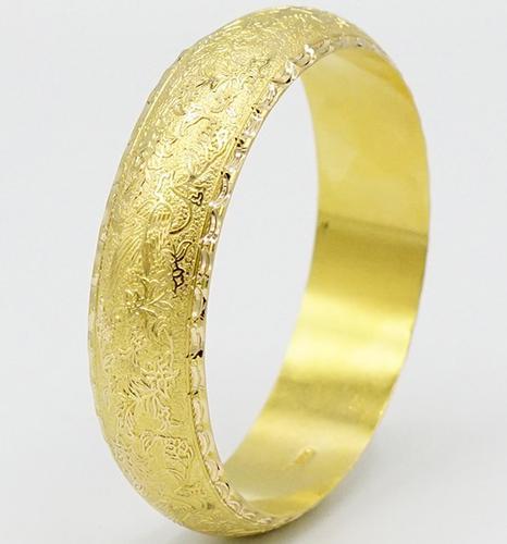 Beautiful 18kt Solid Yellow Gold Bangle