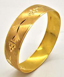 LADIES 21 KT YELLOW GOLD BANGLE BRACELET.