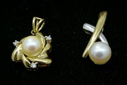 Lot of 2 Beautiful Pearl Pendants in Gold