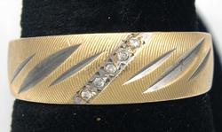 Ridged Etched Diamond Band in Gold