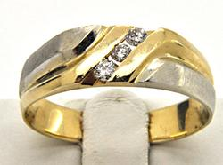 MEN'S 14KT WHITE AND YELLOW GOLD BAND WITH DIAMONDS.