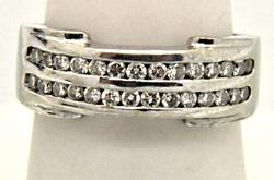 MEN'S 18KT WHITE GOLD BAND WITH DIAMONDS.