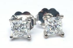 Glittering 0.75CTW Diamond Stud Earrings