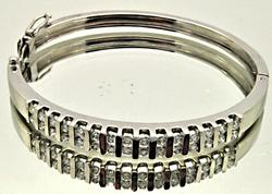 18KT WHITE GOLD DIAMOND BANGLE BRACELET.