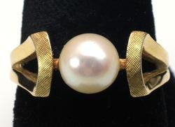 Beautiful Vintage Pearl Ring in 14KT Gold