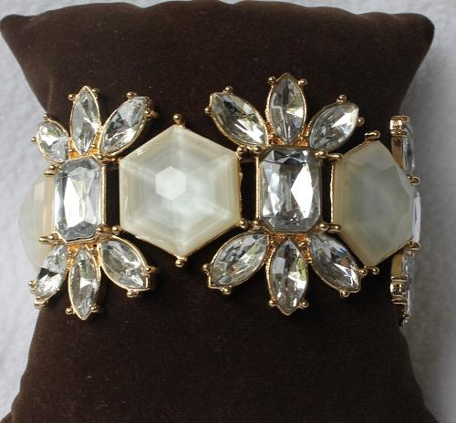 An Eye Catching Golden Color Stretch Bracelet