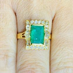 Gorgeous 18kt Gold Emerald & Diamond Ring