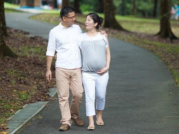 Caminar acompañada de tu pareja siempre es una actividad placentera