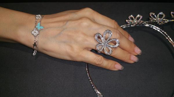 ca e jewelry cleef vca medium van perl collections adapt en clovers arpels clover view bracelet perlee model