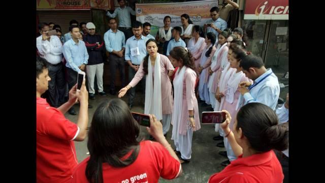 हल्द्वानी के लालडांठ में बस अड्डे के पास सफाई अभियान के दौरान नुक्कड़ नाटक करती छात्राएंl