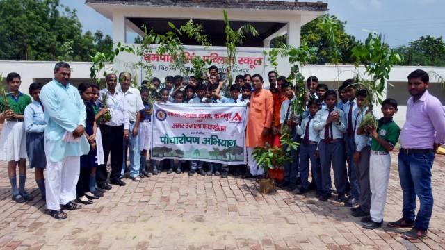 कानपुर के धर्मपाल सिंह पब्लिक स्कूल में 101 पौधों का रोपण किया गया।