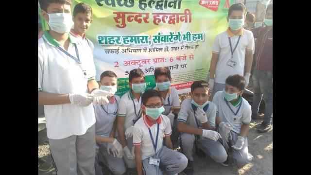 हल्द्वानी में आयोजित स्वच्छ हल्द्वानी सुन्दर हल्द्वानी सफाई के महा अभियान में शहर की सफाई करते बच्चे।