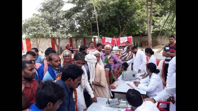 वाराणसी के भट्टी गांव में आयोजित शिविर में पंजीकरण कराते मरीज।
