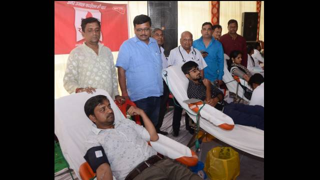 कानपुर के जूही स्थित हरिहर नाथ शास्त्री पार्क के दुर्गा पूजा पंडाल में आयोजित शिविर में रक्तदान करते लोग।