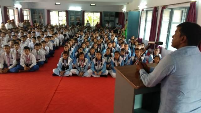पीडीडीयू नगर में आयोजित पुलिस की पाठशाला को संबोधित करते पुलिस अधिकारी।
