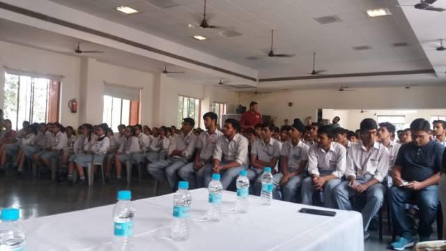 गाजियाबाद के केडीबी पब्लिक स्कूल में आयोजित पुलिस की पाठशाला में मौजूद विद्यार्थी।