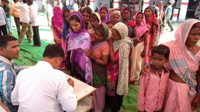 कुशीनगर (पडरौना) के मुसहर बस्ती में आयोजित बहुउद्देशीय स्वास्थ्य शिविर में पंजीकरण कराते लोग।