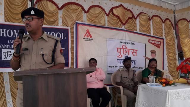 भदोही के ज्ञानपुर स्थित सेंट थॉमस स्कूल में आयोजित पुलिस की पाठशाला को संबोधित करते अपर पुलिस अधीक्षक डॉ. संजय कुमार।