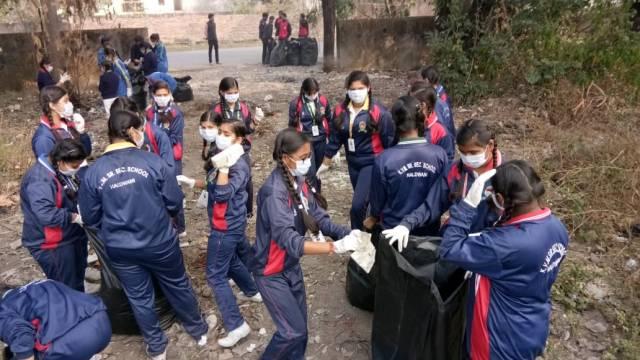 स्कूली बच्चों के साथ हल्द्वानी केहीरानगर मार्ग में की सफाई