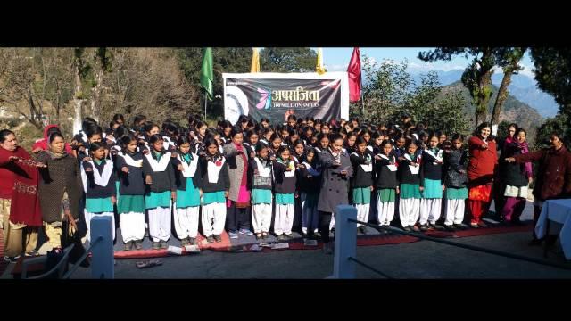 पिथौरागढ़ केराजकीय बालिका इंटर कॉलेजमें आयोजित अपराजिता-100 मिलियन स्माइल्स की शपथ लेतीं छात्राएं