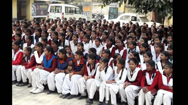 भदोही के जिला पंचायत बालिका इंटर कॉलेज में आयोजित पुलिस की पाठशाला में मौजूद छात्राएं।